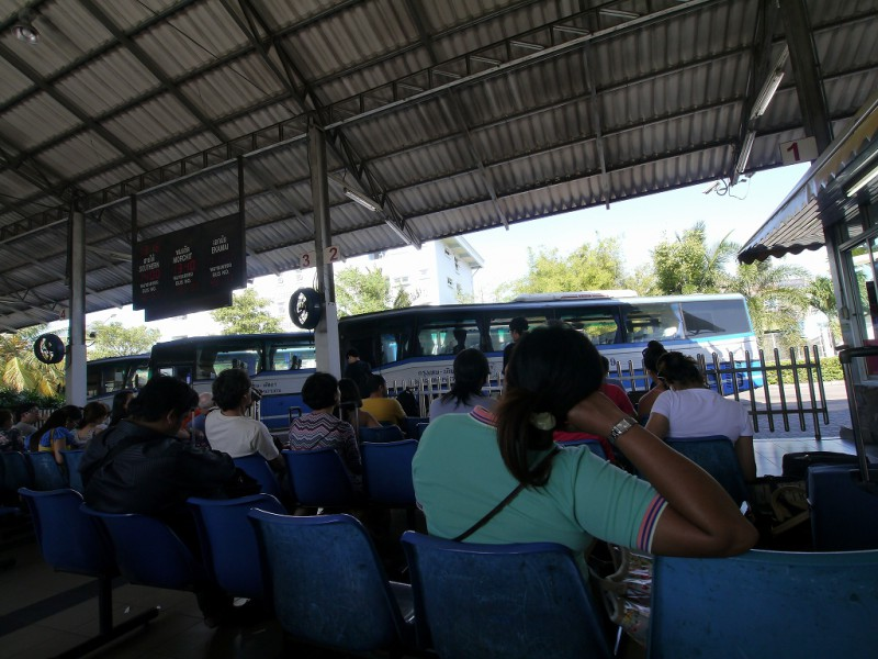 バンコク行きバス待ち