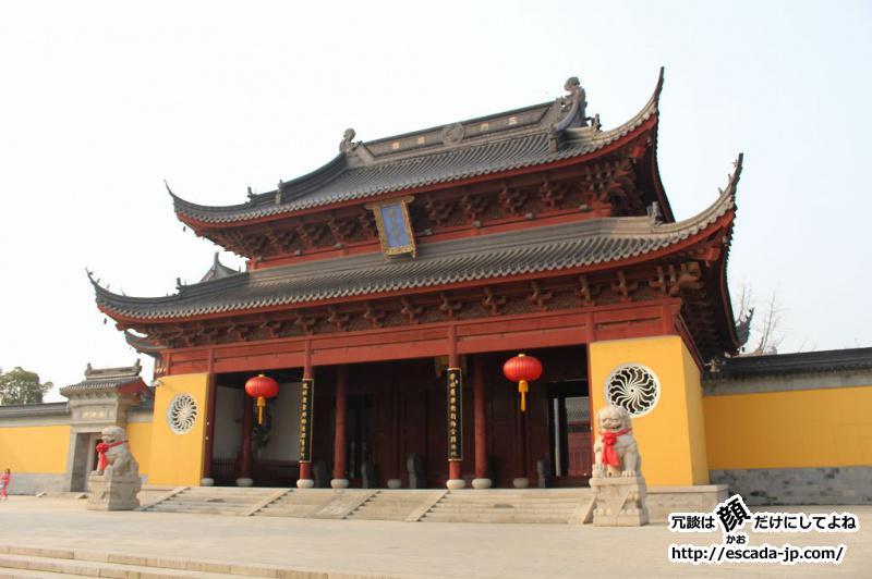 黄色い壁の仏教寺院
