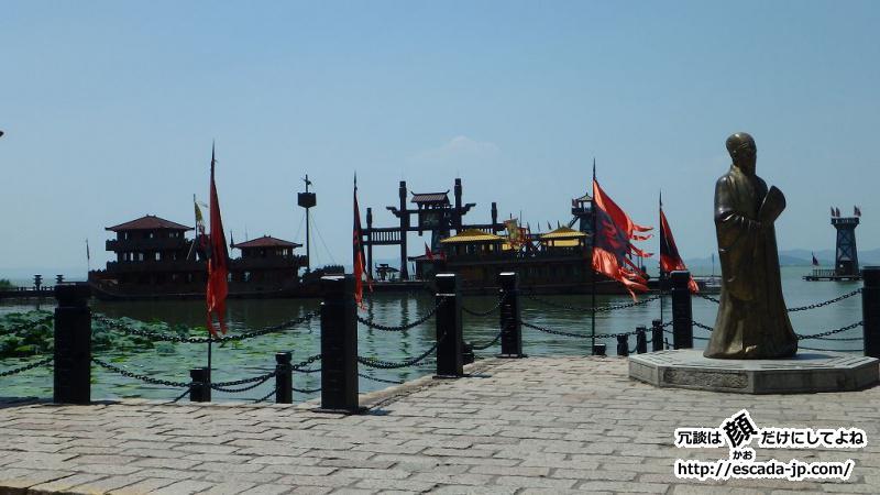 太湖に浮かぶ遊覧船